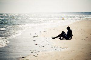 chica en la playa terapia gestalt barcelona